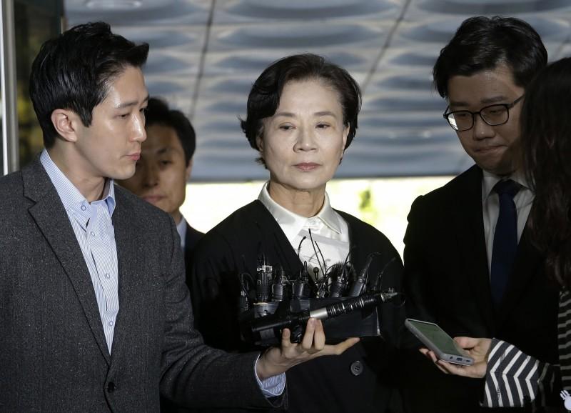 大韓航空已逝會長趙亮鎬的70歲妻子李名熙(中),涉嫌走私貨物被判6個月有期徒刑,但緩刑1年。(美聯社)