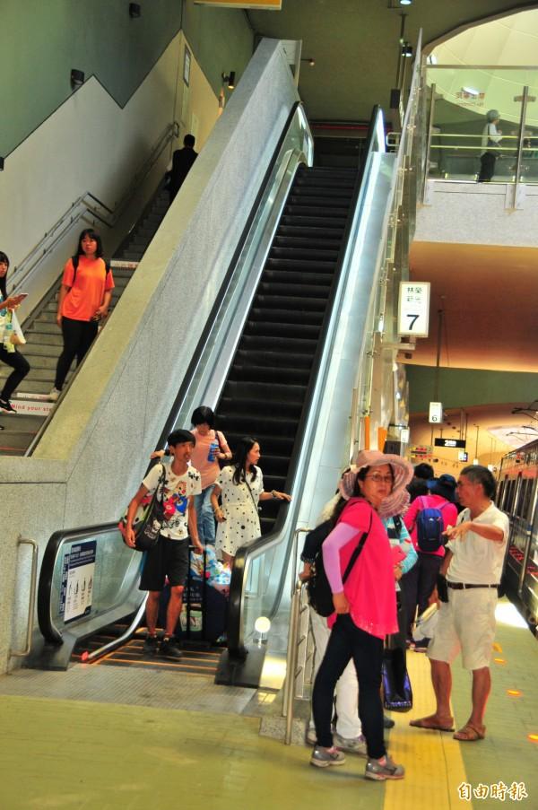 拜民間捐資興建之故,僅有簡易站等級的林榮新光車站,站內有三座電扶梯,是台東線鐵路上除了一等站台東站之外,唯一有電扶梯的車站。(記者花孟璟攝)
