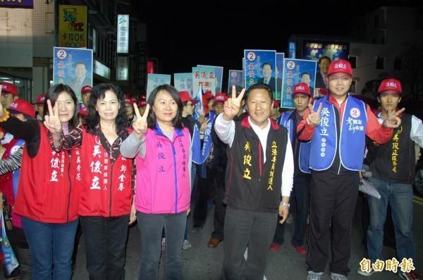 前台東縣長鄺麗貞(左三,穿粉紅背心者)上月31日,在年底選舉登記最後一天,託人完成登記,以無黨籍身分參選,在政壇丟下震撼彈。(資料照)