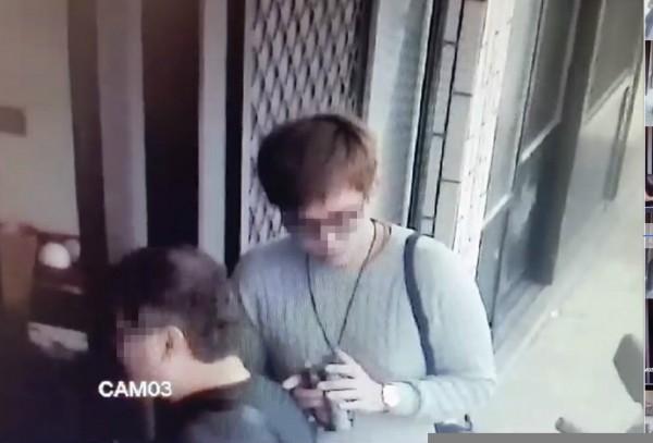 新竹縣劉姓夫妻住家的監視器拍下刑事局幹員5日「侵門踏戶」,在他們家無人時抵達進入搜索的「前段」畫面。(圖由劉太太提供)