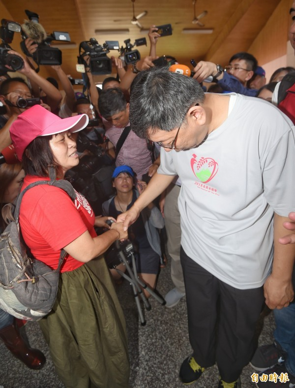 屏東縣議員蔣月惠(左)與台北市長柯文哲見面。(資料照)