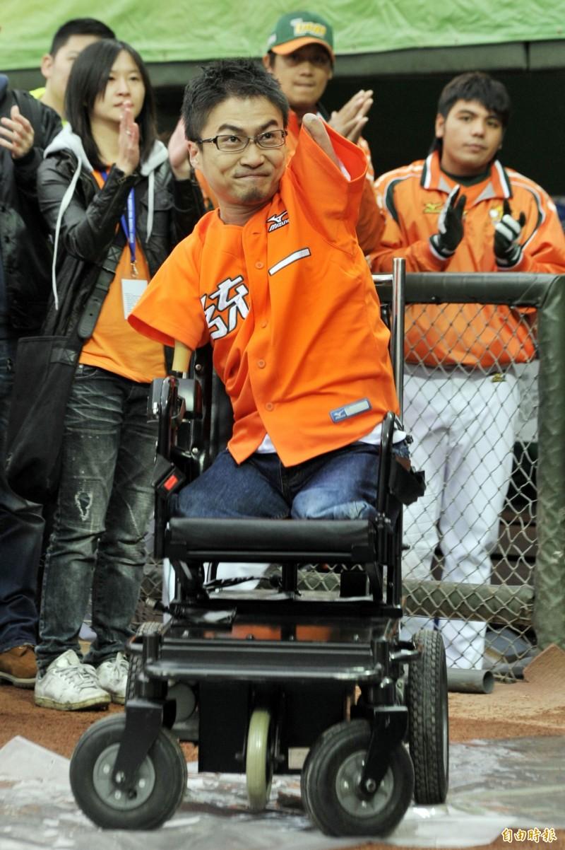 日本殘疾勵志作家乙武洋匡,以《五體不滿足》一書走紅全球,也曾來台為職棒開球。(資料照)