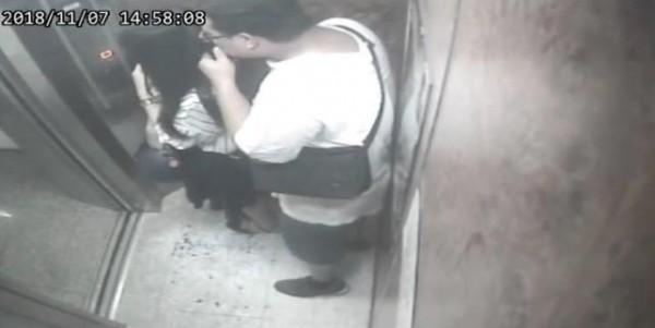 畫面中可見,男子在電梯內從後逼近,抓起女子秀髮狂聞。(圖擷取自爆料公社)