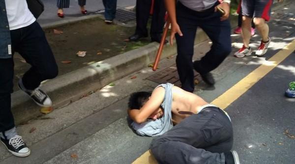 據現場民眾指出,警方將抗議民眾「莫名」包圍、要求看證件,而在警民衝突中,至少有2名民眾流血,目前已送醫、驗傷治療。 (圖擷取自基進側翼臉書)