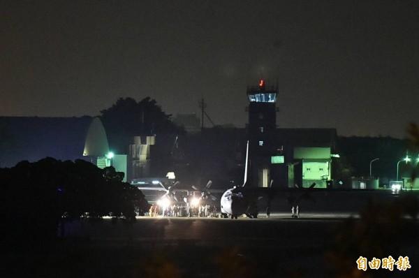 台美雙方人員立刻靠近C-130,展開卸載裝備及補給品。(記者張忠義攝)