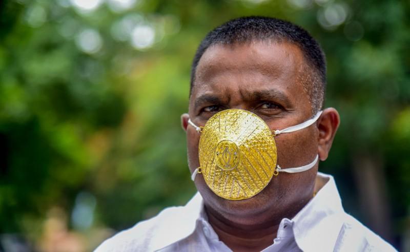 印度浦納(Pune)一名商人訂製了一款黃金製作的口罩,一個要價4000美元。(法新社)