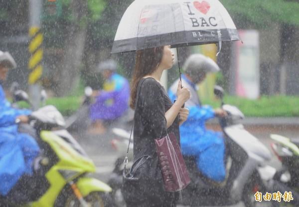 明(31)日受東北季風及玉兔颱風外圍環流的影響,北部、東部整天濕涼有雨,局部地區有大雨或豪雨,外出記得攜帶雨具備用。(資料照)
