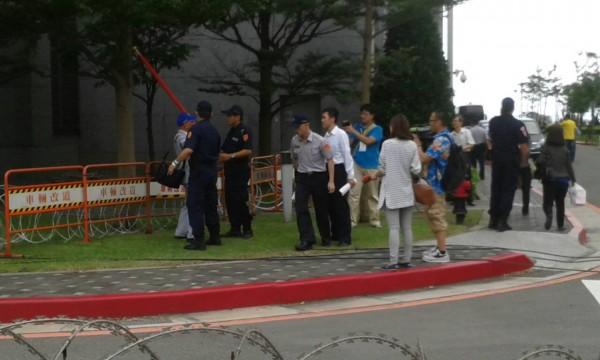 國台辦張志軍來台,有網友發現一名疑似拿著國旗的榮民無故被警方帶走。(照片擷取自臉書)