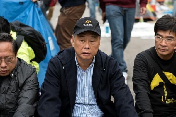 香港壹傳媒集團創辦人黎智英(圖中)今晚發推文向蔡總統喊話:「您會考慮放寬您的移民法,以允許香港人移民到台灣嗎?」(法新社)