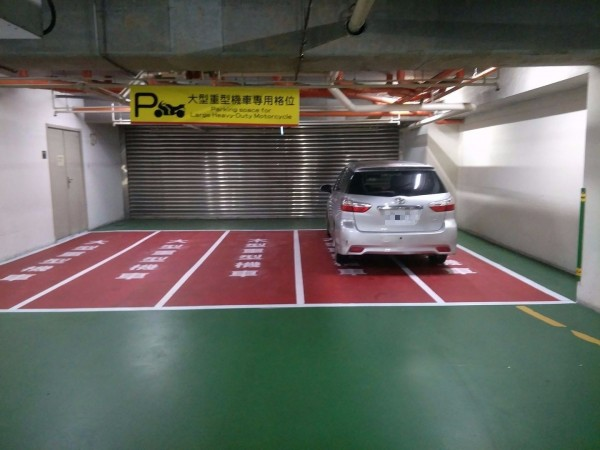 有汽車駕駛直接停放在賣場為大型重機劃設的專屬車位。(圖擷取林口大家庭)