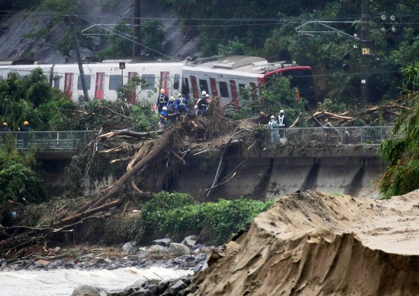 日本佐賀縣唐津市JR列車因暴雨沖刷導致出軌。(歐新社)