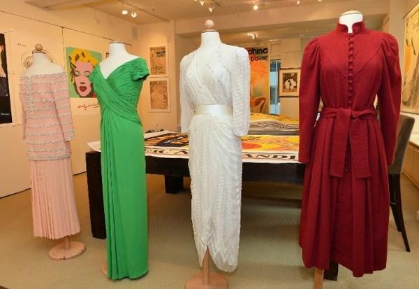 最右邊的酒紅色禮服賣出12.5萬美元最高價。(法新社)