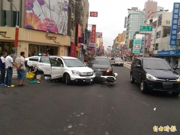 警方逮捕竊嫌調查衝撞現場。(記者王俊忠攝)