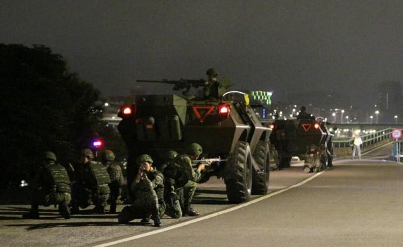負有「衛戍首都」重任的台北市的憲兵部隊,在台北街頭演練的罕見畫面曝光。(圖擷取自臉書_憲兵指揮部發言人)