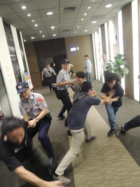 勞團成員及學生與警方發生肢體衝突。(記者黃立翔攝)