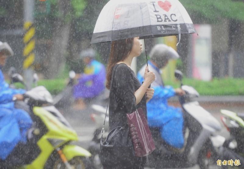 受低壓帶影響,氣象局於今上午7點50分擴大大雨特報範圍,雲林以南6縣市均為大雨特報,屏東則是豪雨。(資料照)