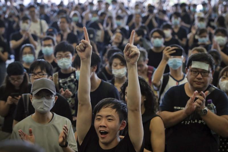 香港特區政府一直沒正面回應是否撤回逃犯條例,民主派議員今(17日)召民眾包圍特首辦公室。(美聯社)