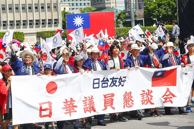 A delegation from the Japan-ROC Diet Members' Consultative Council and Japanese students studying in Taiwan participate in Double Ten National Day parade in Taipei yesterday. Photo: CNA