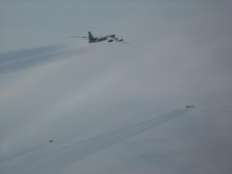 其中一組俄國軍機是由2架Tu-95轟炸機和2架Su-35戰機組成。圖為美軍機拍攝畫面。(圖擷取自臉書_NORAD)