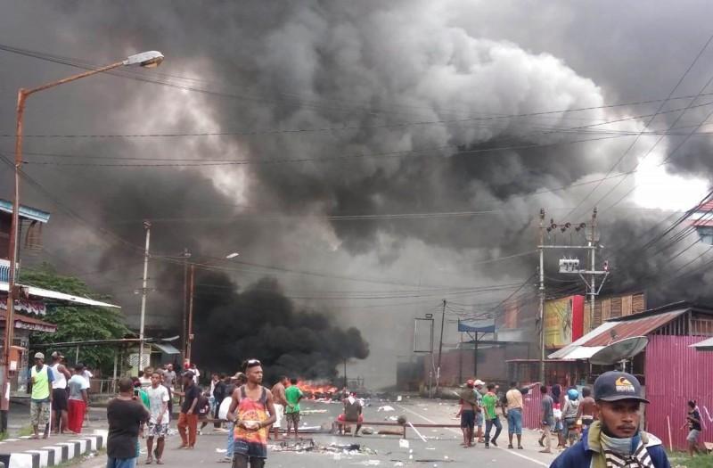 印尼最東部的巴布亞地區有大批民眾,因不滿當局逮捕涉嫌把印尼國旗扔入下水道的數十名學生示威者,週一(19日)上街抗議、焚燒輪胎和當地議會大樓。(法新社)