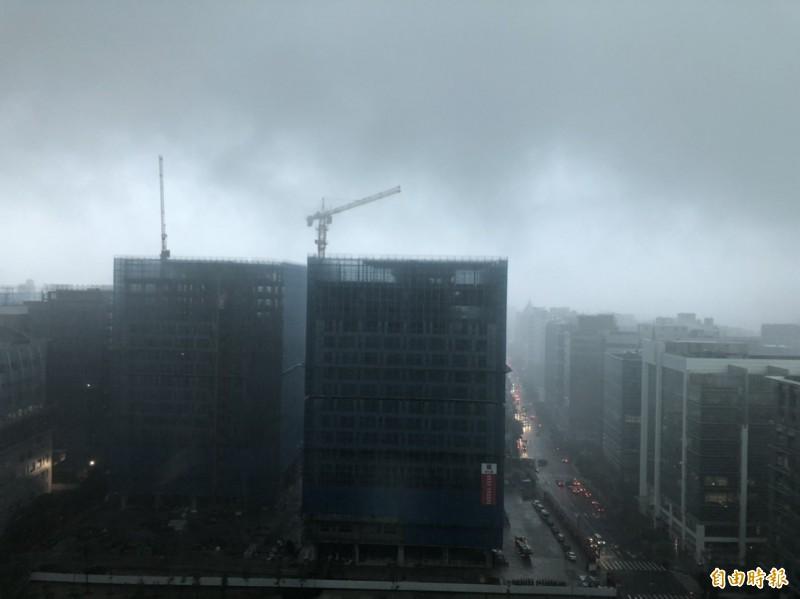 因對流旺盛,中央氣象局對基隆市、雙北、桃園市、新竹縣市、苗栗縣、台中市發布大雷雨特報,天空瞬間轉黑,提醒民眾慎防劇烈降雨。(即時新聞攝)
