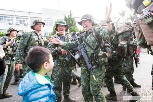 陸軍特戰指揮部特戰一營近日進行275公里的山隘行軍訓練,成員中也包含一位單親媽媽,返營時突然見到心心掛念的稚兒,讓她當場喜極而泣。(圖擷自《青年日報》臉書)