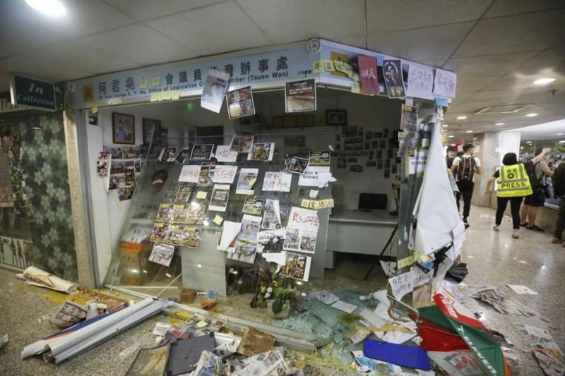 今日下午何君堯位於荃灣服務處的落地玻璃窗遭到破壞,且貼滿了標語和塗鴉。(圖擷取自臉書_何君堯)