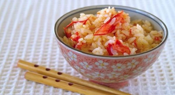 「懶人番茄燉飯」的料理作法簡單,只要把一顆洗好的番茄與白米一起放入電鍋當中蒸煮,即可在家吃到這道熱騰騰又營養的番茄燉飯。(照片擷取自影片)