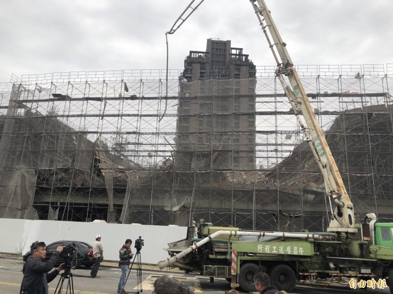 發生工安意外的工地,明顯可見2樓大面積坍塌,令人悚目驚心。(記者許國楨攝)