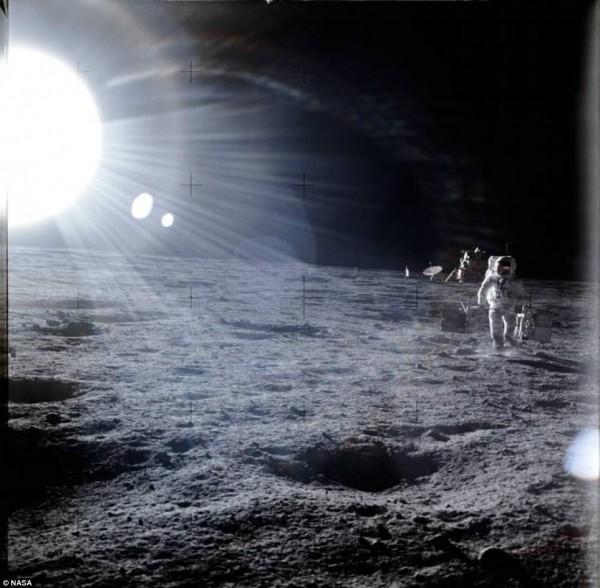 這張照片由阿波羅12號的太空人皮特(Pete Conrad)所攝下,身後的太陽閃耀著巨大的光芒。(圖擷自DailyMail)