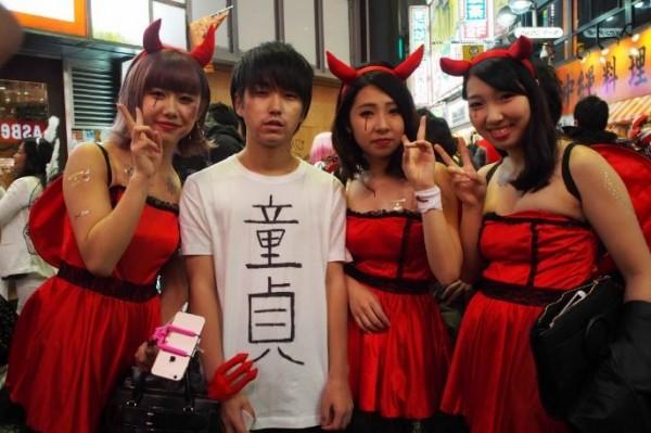 「高野」的「裝扮」在群魔亂舞的澀谷街道上可說是十分顯眼。(圖擷取自travel.spot-app)