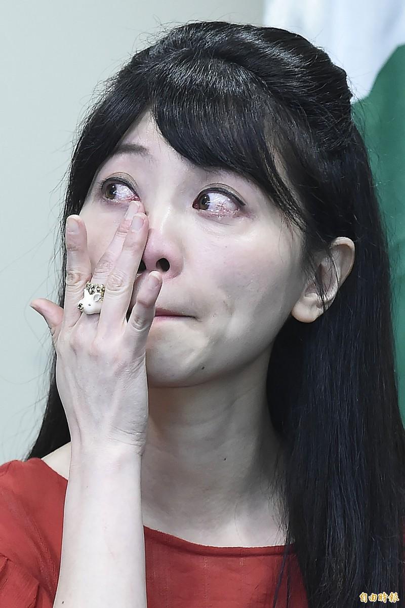 今日民進黨召開立委徵召提名記者會,高嘉瑜在台上致詞時,回憶起從黨內基層做起到現在成為「港湖女神」,不禁聲淚俱下,哽咽感謝民進黨的提拔與支持。(記者陳志曲攝)