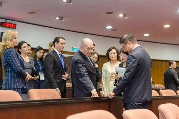 蘇嘉全表示,去年6月,瓜國國會議長塔拉西納率團來訪,「我向他介紹立法院的議事直播國會頻道,讓新國會公開透明」。(圖擷取自「蘇嘉全Su Jia-chyuan」臉書粉絲專頁)