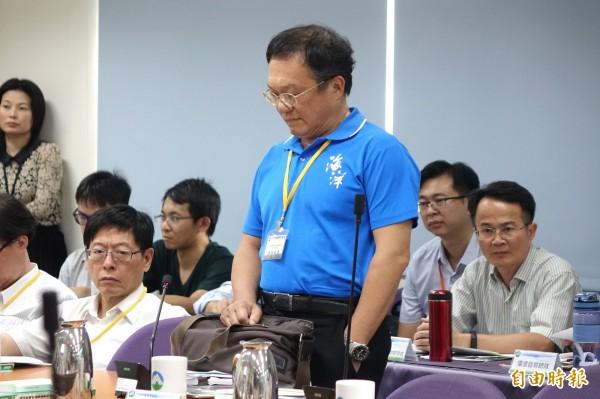 憤而離席環評委員鄭明修強調,提出台北港可為替代方案,但行政院竟敷衍回答台北港若要替代要18年時間,讓他相當失望。(記者王藝菘攝)