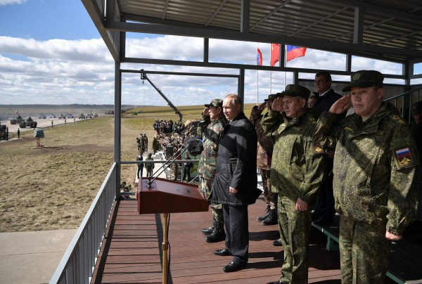 俄國總統普廷(左2)昨日視察軍演,中國則派出國防部長魏鳳和(左1),卻不見習近平,引起外界猜測。(法新社)
