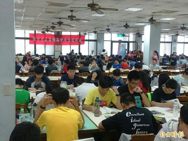 受少子化影響,今年國中教育會考總報名人數為23萬394人,比去年少1萬3170人,再創歷年新低。(資料照)