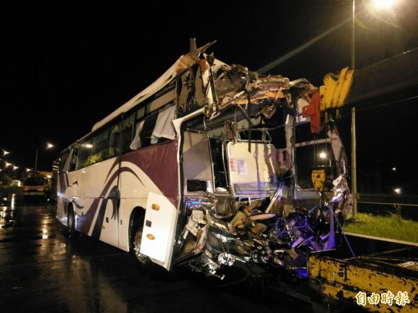 國道3號發生客運追撞貨櫃車事故,造成客運車頭全毀。(記者劉濱銓攝)