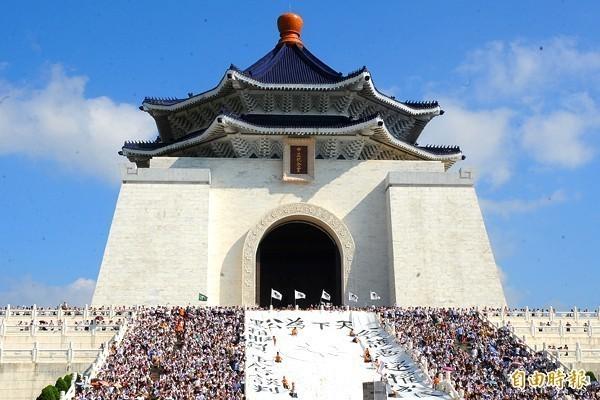 網傳中正紀念堂屋瓦將由藍轉綠,被台灣事實查核中心證實是謠言。(資料照)