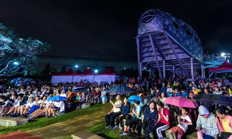 今晚許多民眾冒雨參加聖火引燃典禮。(圖擷取自桃園市政府網站)