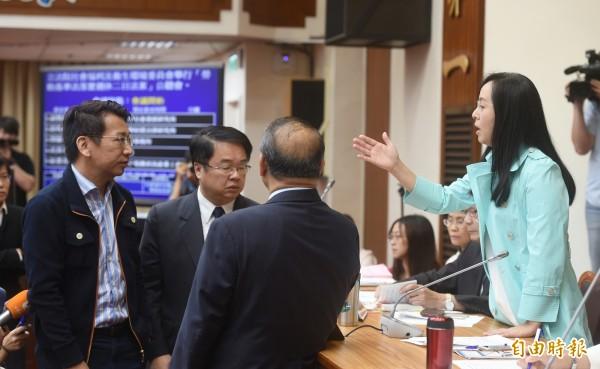 立法院衛環委員會今舉行「勞基法修法公聽會」,為了要不要讓旁聽者到場聆聽,勞團與主席陳瑩爭執,朝野立委進行協商。(記者方賓照攝)