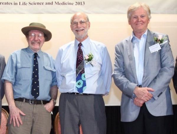 今年諾貝爾生理醫學獎由(由左至右)美國學者傑弗里·霍爾(Jeffrey C. Hall)、麥可·羅斯巴什(Michael Rosbash)和麥可·揚(Michael W. Young)獲得。圖為2013年3人在香港中大演講。(歐新社)