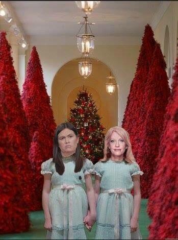有網友將紅色耶誕樹惡搞成恐怖片場景。(圖擷自推特)