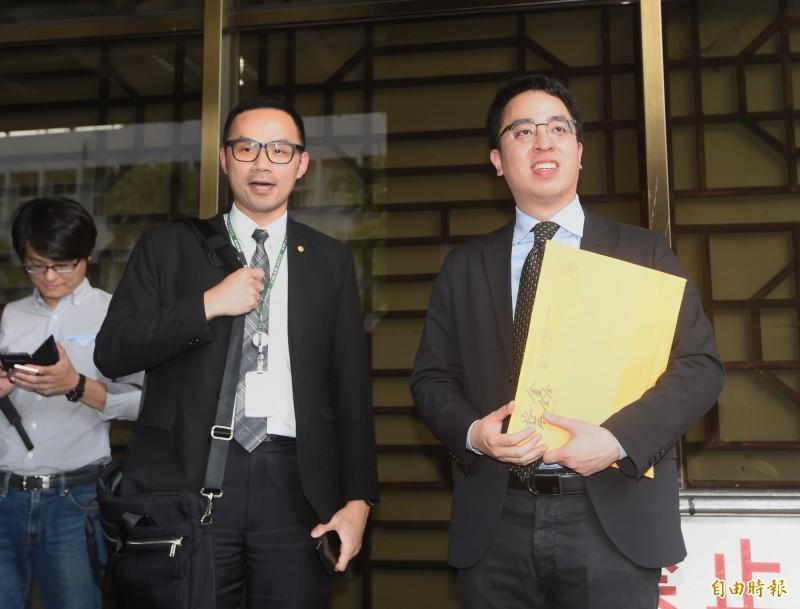 長榮航空21日委託律師鍾郡,前往台北地院告工會。(記者方賓照攝)