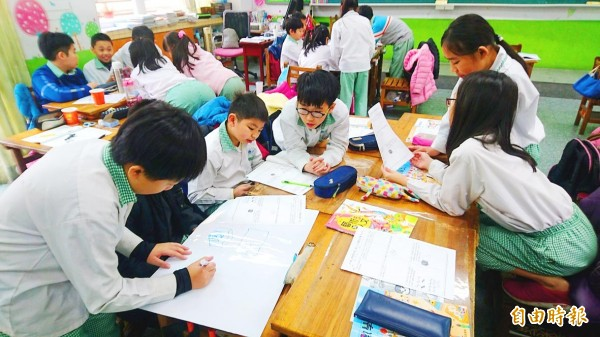 Students attend a class at Lujiang Elementary School in New Taipei City on Jan. 30. Photo: Lin Hsiao-yun, Taipei Times