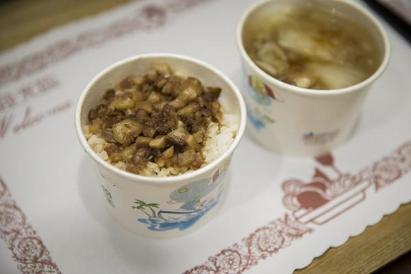 總統蔡英文(右)與行政院長蘇貞昌(左)今天進行蘇內閣上任後首次午餐會見,吃滷肉飯配肉羹。(圖由總統府提供)