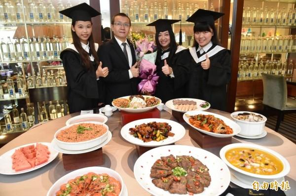 在畢業典禮前,許多學子都會辦理謝師宴,感謝老師的辛勞。示意圖。(資料照,記者張忠義攝)