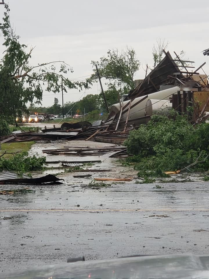 美國南部13、14日出現多起龍捲風,各地災情不斷,目前已知有至少8人死亡、逾10人受傷,並有許多建物慘遭摧毀。(路透)