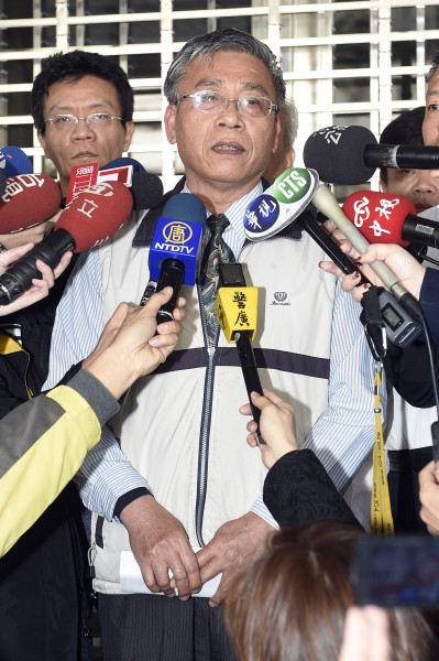 大寮監獄挾持事件於清晨落幕,副典獄長賴振榮中午舉行記者會說明相關情形。(記者陳志曲攝)