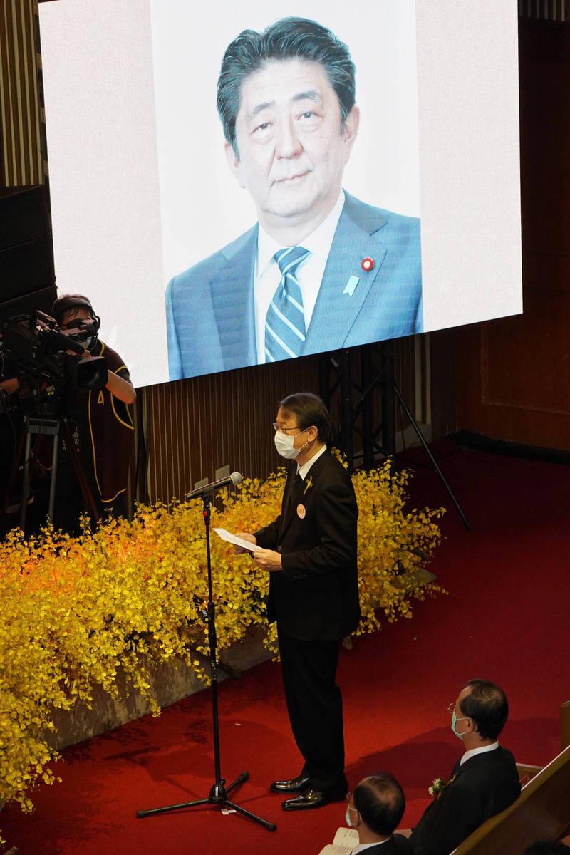 日本台灣交流協會代表泉裕泰到場宣讀日本前首相安倍晉三的悼念辭。(台北市攝影記者聯誼會提供)