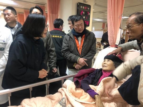 蔡英文7日到慈濟醫院探視傷患時遇到來台自由行受傷的中客,中客回應蔡英文:「謝謝總統。」圖為蔡英文探視傷患,並非該名中客。(記者王錦義翻攝)